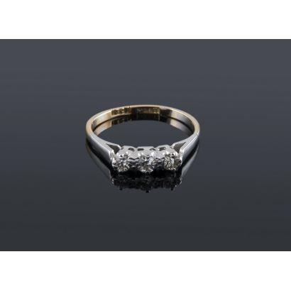 Bonito anillo tresillo de oro bicolor de 18K con 0,18 quilates en diamantes talla brillante. Peso: 2,08 gr.