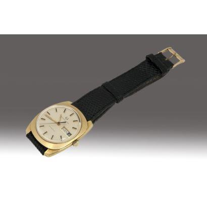 Reloj de pulsera en oro, Universal Geneve, Suiza, años 70. Con marcador de fecha. Correa en piel de lagarto legítimo.