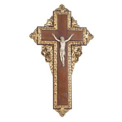 Antiguo Cristo de tres clavos tallado en marfil sobre cruz de madera tallada y dorada.  Presenta desperfectos. Con certificado de antigüedad. Medidas Cristo: 11cm.