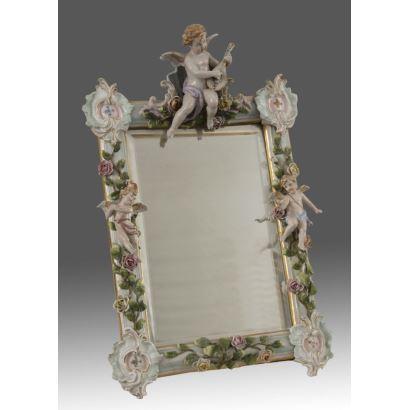 Espejo con marco de porcelana esmaltada, Meissen  S.XIX.  Medidas: 50x32cm.