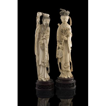 Excepcional pareja de tallas de marfil sobre peana, se trata de una Geisha sujetando una gran flor y un anciano con bastón, gran realismo. Con certificado de antigüedad. Alto: 30cm y 31cm.