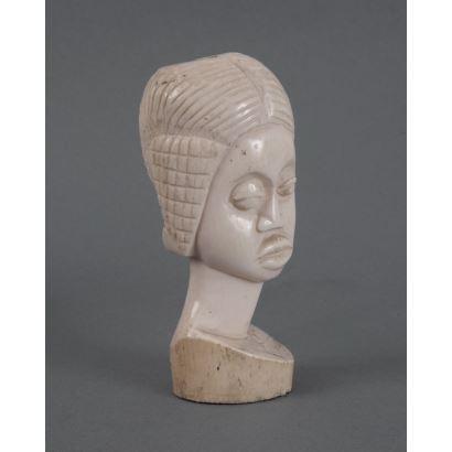 Busto femenino africano tallado en marfil. Medidas: 13x6cm.