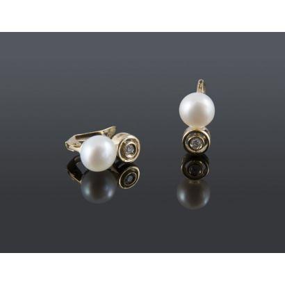 Joyas. Pendientes de oro amarillo con perla y un brillante, suman 0,04cts. Especial para niñas.