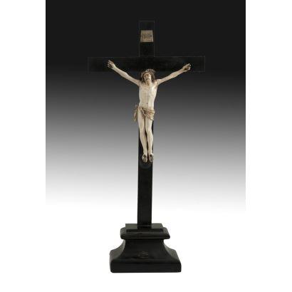 Cristo tallado en marfil, siglo XIX.