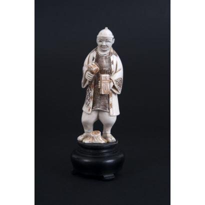Figura costumbrista tallada en marfil con detalles policromados.