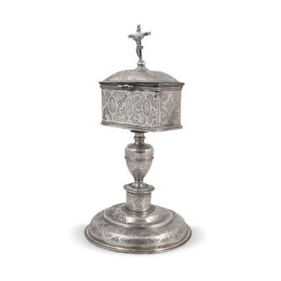 Crismera a modo de arqueta en plata española grabada y con picado de lustre, Teruel ss. XVI- XVII.