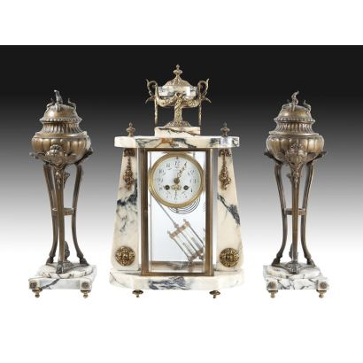 Reloj de sobremesa con guarnición, circa 1900.