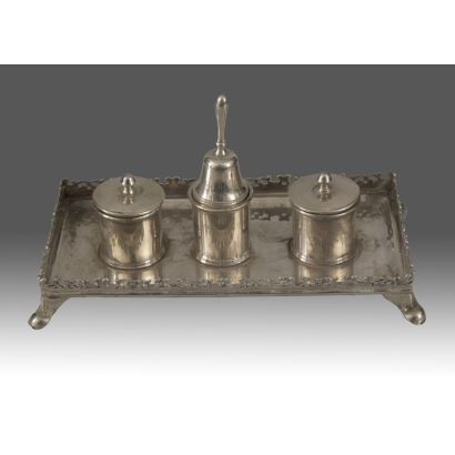 Escribanía clásica en plata, de sencilla ornamentación en base, apoyada sobre cuatro patas. 617g. 26x15x15cm