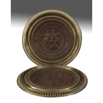 Pareja de platos decorativos con bordes metálicos y centro tallado en madera en bajo relieve con ángeles músicos. 40cm de diámetro
