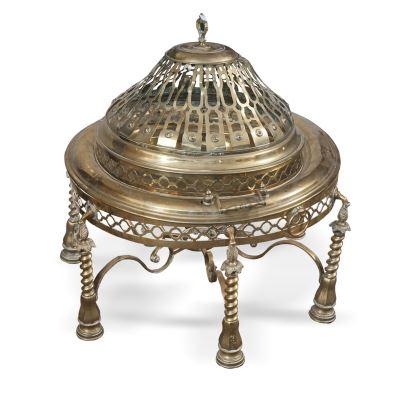 Antiguo brasero metálico dorado con tapa calada y patas espirales. Necesita restauración. Medidas: 69x70cm.