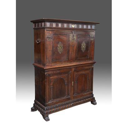 Bargueño valenciano sobre taquillón en madera de nogal, SS. XVII-XVIII.  Medidas: 159x120x42cm.