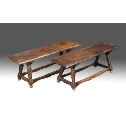 Pareja de bancos rectangulares realizados en madera  sobre cuatro patas estriadas unidas por chambrana. S. XIX. Medidas: 38x110x31cm.