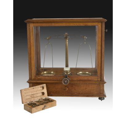 Balanza de precisión de farmacia, hacia 1900.