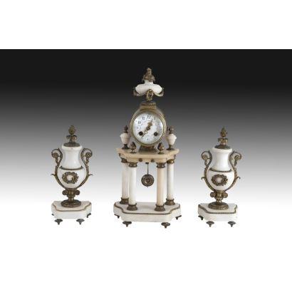 Reloj de pórtico con guarnición, estilo Luis XVI, S. XIX.