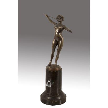 Figura en bronce sobre peana a modo de columna.