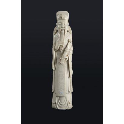 Lu-sing realizada en marfil. Divinidad de la prosperidad, portando un cetro con el símbolo Ruyi. China. Peso: 702 gramos. Altura: 31 cm. Con certificado de Antigüedad.