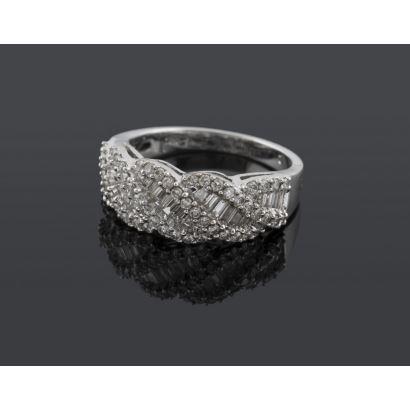 Sortija de oro blanco con diamantes en talla baguette y brillantes que suman aprox 1,02cts. Diámetro: 17mm. Peso: 5,6g.