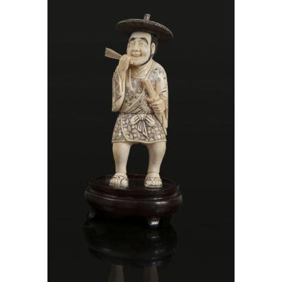 Marfiles. Figura costumbrista china tallada en marfil sobre peana de madera.