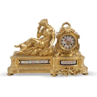 Relojes. Reloj de sobremesa, Francia S. XIX. Realizado en bronce dorado y porcelana. Presenta porcelana tipo Sevres en la esfera y en placas. Sin péndulo. Sonería de horas y medias. Medidas: 30 x 45 x 16 cm.