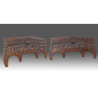 Objetos. Pareja de antiguos yugos realizados en madera, con decoración tallada geométrica. S.XVII. Medidas: 54x107cm y 48x108cm.