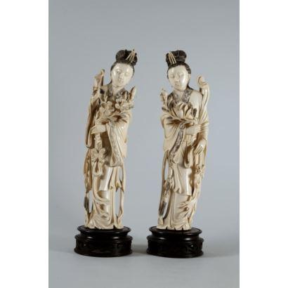 Pareja de figuras de Guanyin realizadas en marfil tallado y parcialmente grabado. Representadas con peonías y flores de cerezo. Disponen de certificado de antigüedad. Altura sin peana 26 cm.