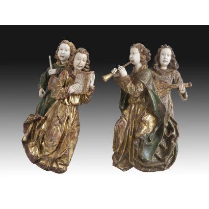 Pareja de criselefantinas en madera tallada, dorada y policromada, siglo XIX. Cuatro músicos en parejas. Caras y manos en marfil. Medidas: 35 x 20 cm.