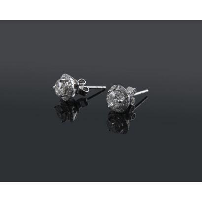 Pendientes desmontables (doble uso) de oro blanco 14K. Dos diamantes talla brillante centrales 0,62 quilates en total. Orlas desmontables con 0,20 quilates en diamantes. Total en diamantes: 0,82 quilates. Peso: 1,72 gr. Nuevos a estrenar.