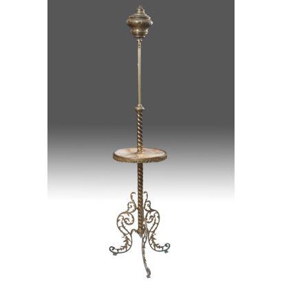 Lámpara de pie extensible en metal dorado, cuenta con tablero circular de mármol y astil espiral, se alza sobre elegantes patas vegetales caladas. Medidas: 180x50x50cm.