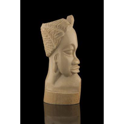 Talla realizada en marfil, se trata de un perfil de personaje  africano en bajorrelieve. Medidas: 15x6,5cm.
