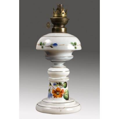 Quinqué en opalina blanca con alegre decoración floral. 29x12,5cm.