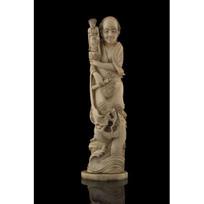 Importante figura tallada en marfil, representa a un personaje masculino sujetando la imagen de una deidad, a sus pies la figura del mítico dragón. Con certificado de antigüedad de la Federación Española de Anticuarios. Alto: 25cm.