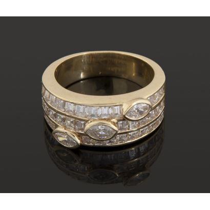 Magnífica sortija de oro amarillo, con tres diamantes en talla marquesa que suman 0,45cts y tres hileras que suman 36 diamantes en talla princesa (unos 2 cts). Diámetro: 16mm. Peso: 7,8g.