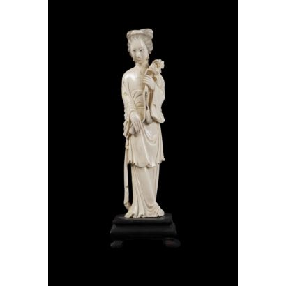 Figura tallada en marfil sobre peana de madera. China.