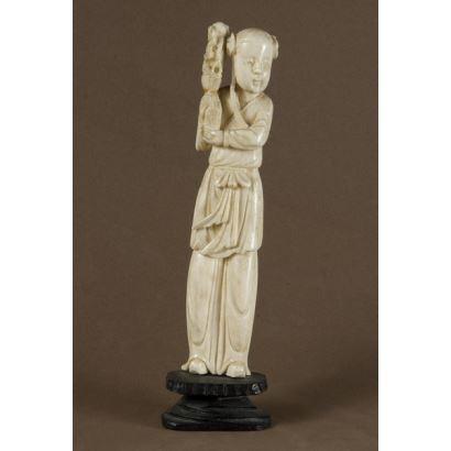 Talla de marfil, personaje femenino con ramo de flores. 18x5cm/ con peana 16x4cm. Con CITES.