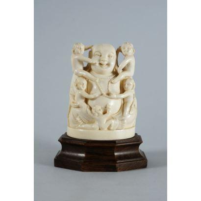 Buda japonés realizado en marfil tallado. Representa Buda Hotei con niños. Con certificado de antigüedad. Altura sin peana: 10 cm.