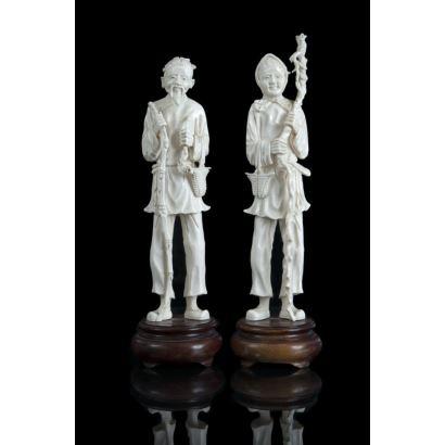 Pareja de figuras tallados en marfil, China, siglo XX. Campesinos sobre base de madera. Altura: 24 cm.
