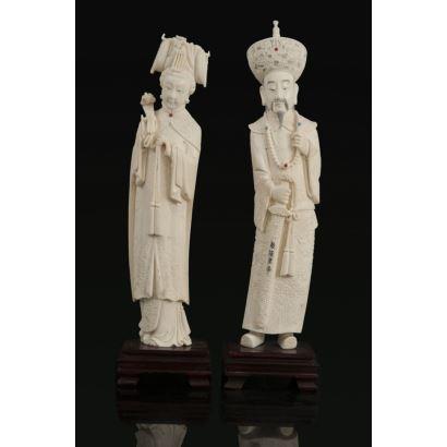 Pareja de figuras chinas talladas en marfil sobre peana de madera.