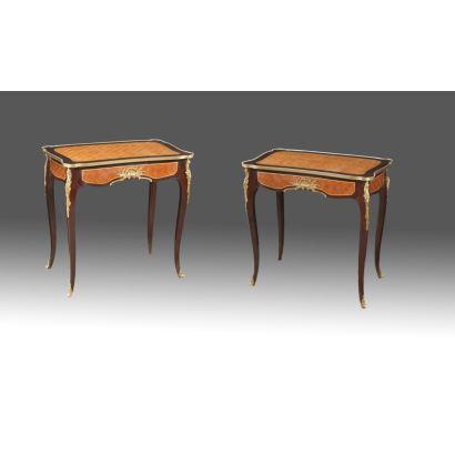 Pareja de mesas en marquetería parqueteada con tablero rectangular, cajón en faldón y patas cabriolé, apliques en bronce dorado. s.XX. Medidas: 74x75x46cm.