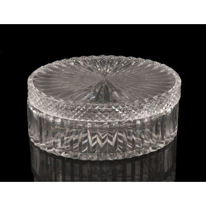 Cajita, S. XIX Realizada en cristal tallado. Medidas: 10 x 24,5 x 17,5 cm