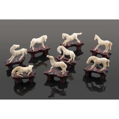 Lote compuesto por ocho caballos chinos tallados en marfil sobre peana de madera. Algunos presentan desperfectos. Medidas: 3,5x2cm c/p 4x3cm.