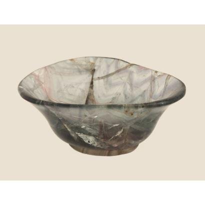 Cuenco en cristal  con perfil irregular, en tonos verde y rosa. Presenta desperfectos. Medidas: 10x8x5cm.