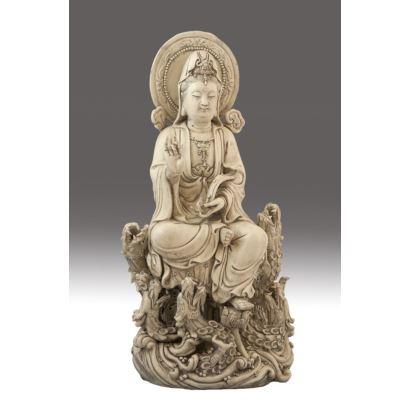 Figura en cerámica barnizada, siglo XIX. Guan Yin sentada en actitud de meditación. Base rodeada por dragones chinos. Marca en la trasera. Medidas: 47 x 25 x 16 cm.
