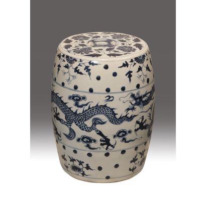 Asiento chino en porcelana esmaltada, siglo XX. Forma de tonel con decoración azul de dragón y flores sobre fondo blanco, presentando cenefas. Medidas: 42 x 30 x 30 cm.