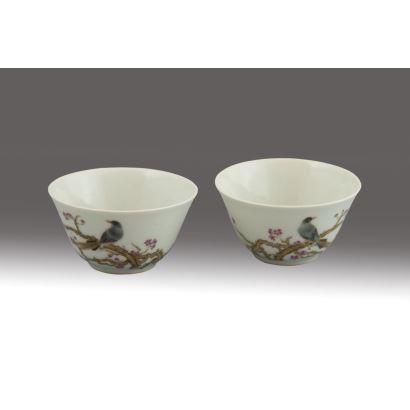 Pareja de cuencos chinos en porcelana esmaltada con decoración de aves y símbolos. Decoración sobre fondo blanco. Marcas en la base de la Dinastía Ming (siglo XVII). Medidas: 4 x 7 x 7 cm.