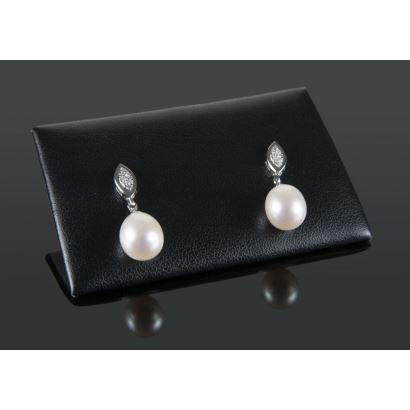 Pendientes de oro blanco con cierre oval que alberga brillantes en pavé que suman 0,12cts y perlas perilla.