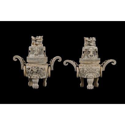 Magnífica pareja de braseros ceremoniales chinos tallados en marfil, presentan tapa de  Dragón de fo y tres patas de garra. Con certificado de antigüedad. Medidas: 20x19x7cm.