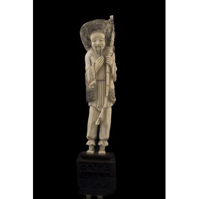 Excepcional figura costumbrista de marfil en la que contemplamos la figura de un pescador con caña y pescado. Con certificado de antigüedad de la Federación Española de Anticuarios. Altura: 26,5cm.