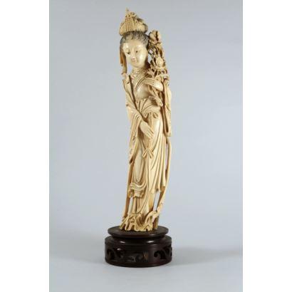 Figura china de Guanyin en marfil tallado y grabado. Ataviada con peonías. Con certificado de antigüedad. Altura: 36 cm.