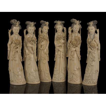 Magnífico lote formado por seis figuras de geishas portado kimono y flores, talladas en marfil chino con gran detallismo. Cuentan con certificado de antigüedad. Alto: 28cm.