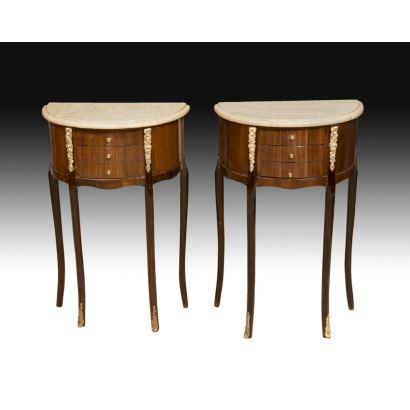 Muebles. Pareja de mesas auxiliares estilo Luis XV, siglo XX.